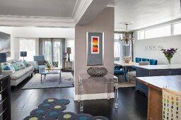Offener Wohnraum mit Sofa und Essbereich