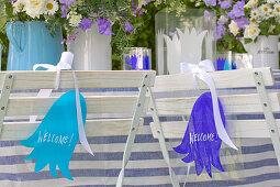 Laminierte Schilder mit Glockenblumenmotiv am Gartentisch