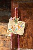 Selbstgebastelte Grußkarte mit kleinen Schmetterlingen aus Papier