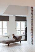 Renovierte Altbauwohnung mit weißem Dielenboden und antike Chaise Lounge mit Hund