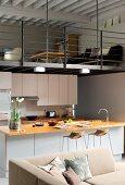 Offener Wohnraum mit Küche und Wohnzimmer auf der Galerie