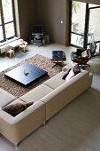 Modernes Wohnzimmer in Brauntönen mit offener Terrassentür