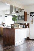 Grünes Zimmerbäumchen in rustikaler Holzkiste auf Küchentheke