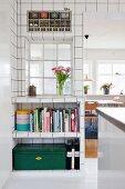 Küche mit weißen Wandfliesen, Innenfenster und offenem, eingebautem Regal