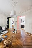 Wohnzimmer mit Deckenstuck und Retroflair in renovierter Altbauwohnung