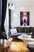 Sofa unter weißen Lampenschirmen in Wohnzimmer mit Retroflair