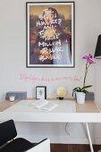 Überschriebenes Mona Lisa Bildnis über Schreibtisch mit Orchidee