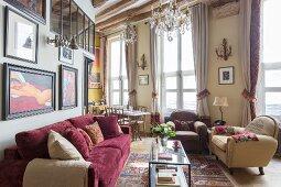 Loungemöbel und Kronleuchter in Salon
