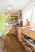 Kitchen with fronts in two colours and multicoloured accessories