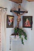 Kruzifix und christiliche Bilder im traditionellen Herrgottswinkel