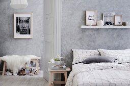 Schlafzimmer in Grautönen mit gewischter Wand