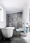 Bad mit großformatigen grauen Fliesen an Boden und Wand