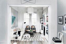 Durchgang zum eleganten Wohnzimmer in Grau und Weiß