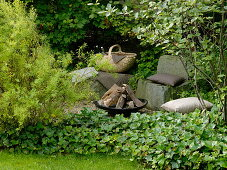 Small gravel place with fire bowl and stone seats