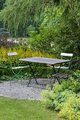 Small round gravel terrace with sitting group, Buxus (Box)