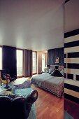 Blick in Schlafzimmer in dunklen Farben