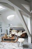 Rustikale Lounge mit Fellen und Holzschlitten in moderner Bad Ensuite