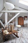 Schlafzimmer mit Vintage Flair im Dachgeschoss, nostalgisches Telefon und Arrangement auf Holzschlitten