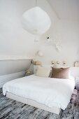 Doppelbett im Schlafzimmer mit Vintage Flair