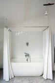 weiße Badewanne mit Duschvorhang in modernisiertem Altbau
