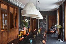 Speiseraum mit Wandtafel und Vintage Flair