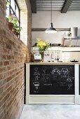 Anrichte mit bemalter Rückwand in offener Küche