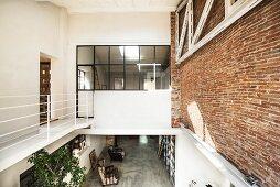 Galerieebene in Loft mit Ziegelwand
