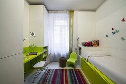Kinderzimmer mit grünen und weißen Einbaumöbeln