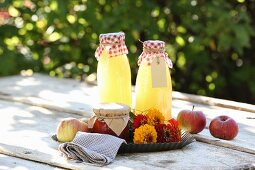 Zinniensträusschen, selbst gemachter Apfelsaft und Marmelade
