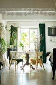 Balustertisch im Esszimmer mit weißem Boden und Grünpflanzen