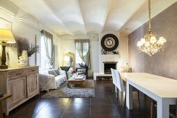 Wohnzimmer mit langem Esstisch im ehemaligen Weinkeller