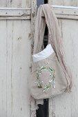 Selbstgenähte Stofftasche mit aufgestickten Schneeglöckchen