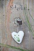 Weißes Herz aus Walkstoff mit aufgestickten Schneeglöckchen