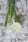 Stoffserviette mit floralem Motiv, Vintage Gabeln und weißen Frühlingsblumen