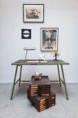 Vintage Schubladenkästen unter grünem Metalltisch mit Lampen und Tischventilator