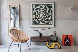 Lowboard vor Vintage-Wand mit gerahmtem grafischem Bild und Standspiegel