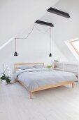 Schlichtes Schlafzimmer unter dem Dach
