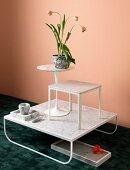 Arrangement mit verschiedenen Tischen und Gegenständen aus weißem Marmor mit Tulpendekoration