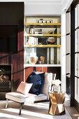 Sessel und goldener Beistelltisch vor eleganter Wohnzimmerwand