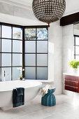Glamouröse Kugelleuchte über der Badewanne vor dem Erkerfenster