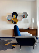 Wabenförmige Elemente als Wandregal im Wohnzimmer