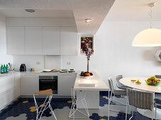 Offene Küche und Esszimmer mit blauem Wabenfliesenboden