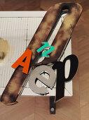Alte Reklamebuchstaben auf einem verspiegelten Couchtisch