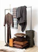 Maskuliner Kleiderständer mit Kimono, Decken, Lederkissen und Koffer