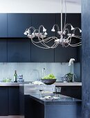 Elegante Küche mit modernem Kronleuchter
