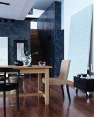 Holztisch mit verschiedenen Stühlen in elegantem Ambiente