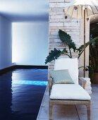Liege und asiatischer Sonnenschirm am Pool