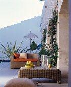 Mediterrane Terrasse mit Korbmöbeln
