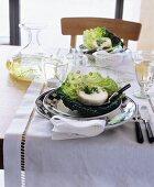 Gedeckter Tisch mit Käse auf einem Kohlblatt
