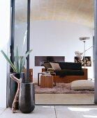 Blick in mediterranes Wohnzimmer mit Gewölbedecke